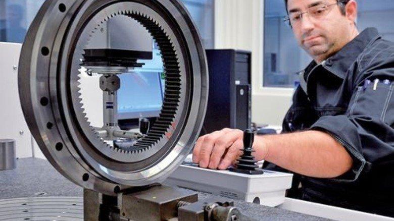Produktion in Hameln: Zerspanungsmechaniker Murat Cinakli vermisst ein Zahnrad. Foto: Bahlo