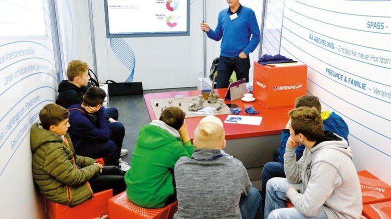 Raum für Berufskunde-Unterricht: Thomas Hamm im Gespräch mit Schülern. Foto: Scheffler