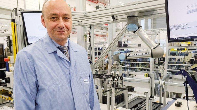 War von der Technik sofort fasziniert: Axel Schmidt, Director Engineering bei Sennheiser, vor einem Leichtbauroboter.