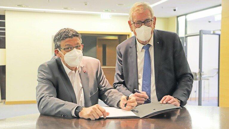 Sie unterschrieben nach zehn Stunden zähen Ringens: Der nordrhein-westfälische Bezirksleiter der IG Metall, Knut Giesler(links), und der Präsident von Metall NRW, Arndt G. Kirchhoff.