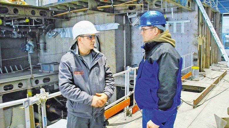 Austausch: Axel Nawrocik (rechts) im Gespräch auf der Werft.