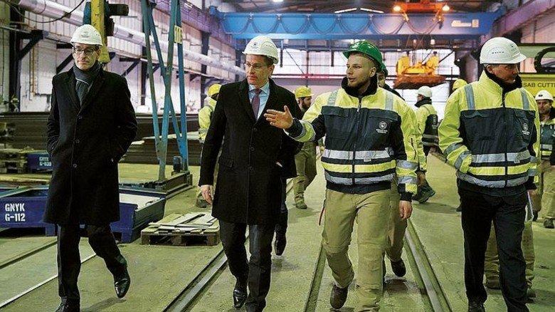 Landesvater bei German Naval Yards: Schleswig-Holsteins Ministerpräsident Daniel Günther (Mitte) kam vorbei, um sich vor Ort ein Bild von der Arbeit im Schiffbau zu machen. Foto: Staatskanzlei