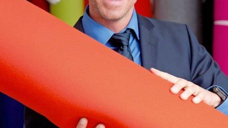 Farbiges Design: Den Filz aus Merino-Wolle kauft Geschäftsführer Christian Reining bei deutschen Herstellern ein. Foto: Moll