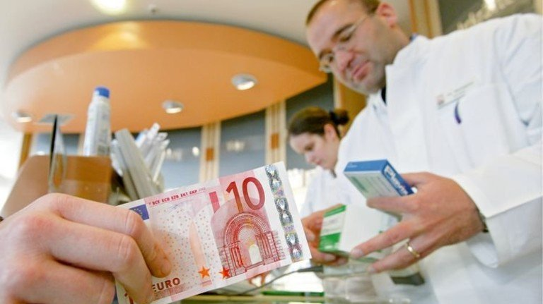 Einkauf in der Apotheke: Auch bei einem sehr teuren Präparat zahlen gesetzlich Versicherte nur 10 Euro zu. Foto: dpa
