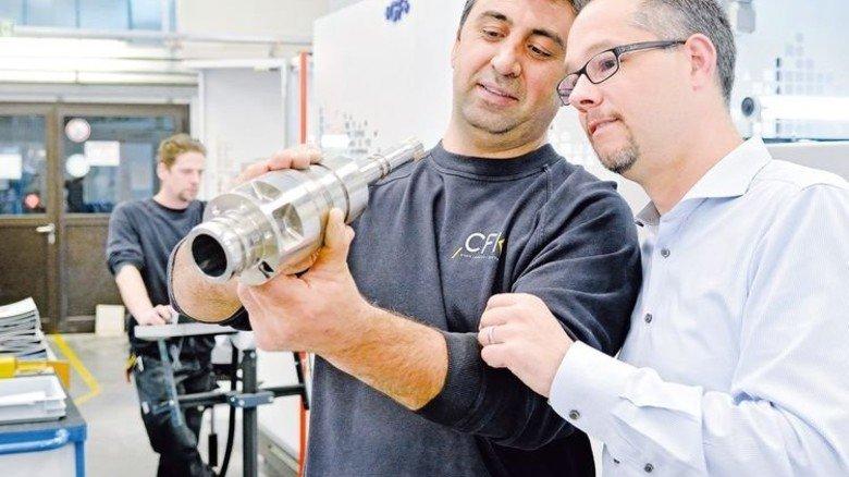 Kennerblick: Bülent Calis und Christoph Over (rechts) begutachten ein fertiges Bauteil. Foto: Scheffler