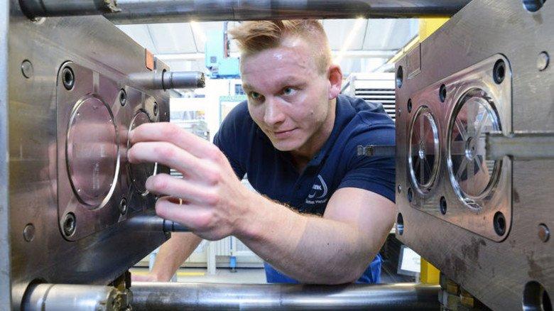 Geschulter Blick: Norman Heinemann kontrolliert ein Spritzgießwerkzeug. Foto: Sturm