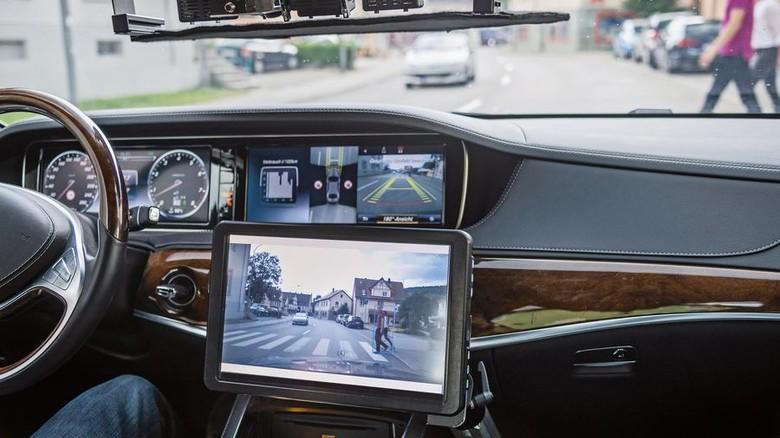 Sicherheit: Eingebaute Kameras sollen erkennen, ob der Fußgänger auf die Straße läuft. Foto: Werk