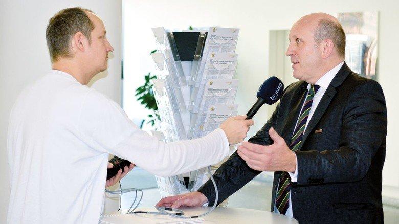 Gefragter Interviewpartner: Dirk Pollert, Hauptgeschäftsführer von Hessenmetall, im Gespräch mit Lars Hofmann vom Hessischen Rundfunk Hörfunk (links).