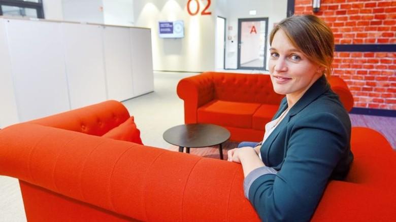 Kurze Auszeit: Corinna Müller in einer Sitzecke auf der zweiten Etage des Gebäudes. Foto: Christian Augustin