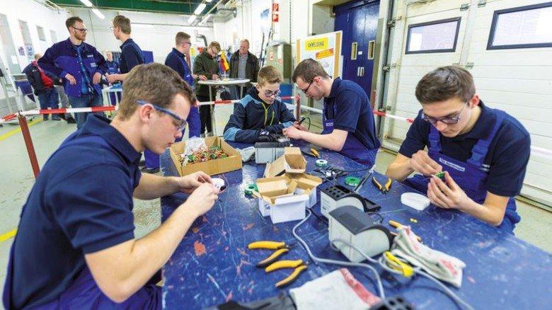 Praktische Einblicke: Schüler beim Abend der Ausbildung. Foto: Meyer Werft
