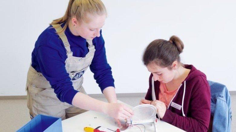 Kreativ: Bei Magnet Schultz greifen Schülerinnen zu Feilen, Bohrern und Sägen. Foto: Werk