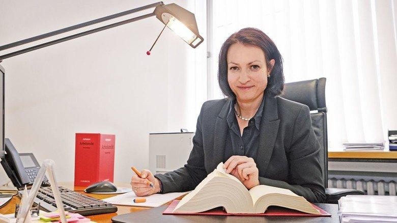Professionell: Die Rechtsanwältin an ihrem Arbeitsplatz bei Seidensticker.