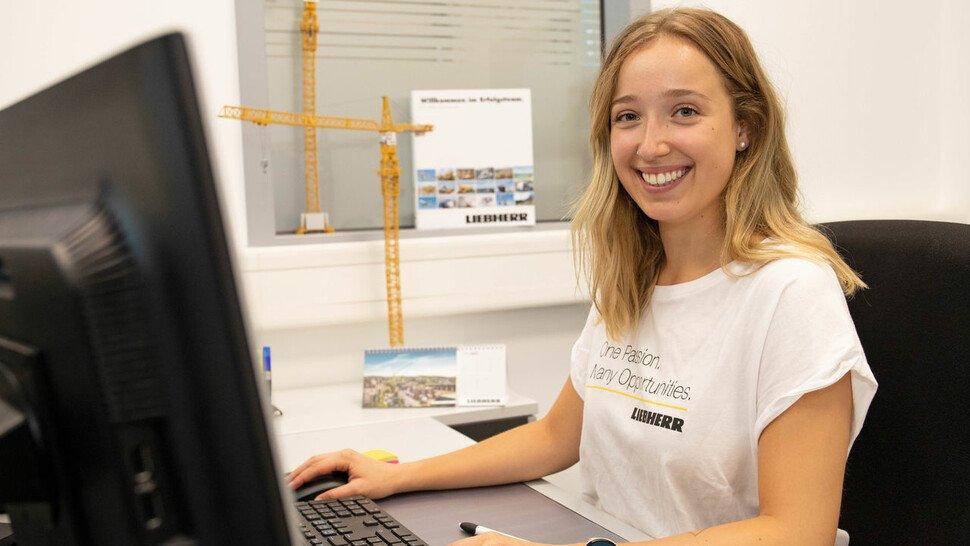 Janine Hofmann (22), Auszubildende zur Industriekauffrau mit Zusatzqualifikation Englisch bei der Liebherr-Werk Biberach GmbH, bekannt für Turmdrehkrane.