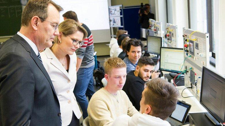Hoher Besuch: Bildungsministerin Stefanie Hubig und BASF-Vorstand Michael Heinz informieren sich im Georg-Kerschensteiner-Berufsbildungszentrum über das Projekt.