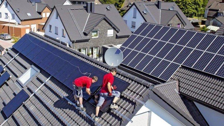 Solarmodule aufs Dach: Das ist in Zeiten von Mini-Zinsen noch reizvoller. Foto: Imago