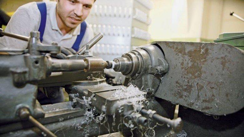 Läuft: Praktikant Ibrahim  Hamad überzeugte in der Firma Erich Dieckmann an verschiedenen Arbeitsplätzen. Foto: Nougrigat