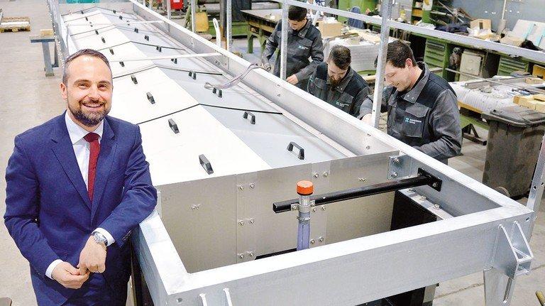 In der Produktion von Aqseptence in Aaarbergen: Firmenchef  Baldassare La Gaetana vor einem Rechenkasten, in dem später Abwasser gesiebt wird.