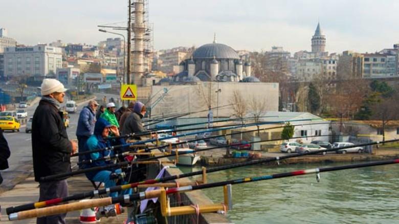 Volkssport: Angler auf der Galata-Brücke über dem Goldenen Horn.