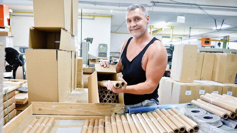 Kollege in der Produktion: Sascha Knaf, der hier gerade umweltfreundliches Backpapier für den Haushalt auf kleine Rollen bringt.