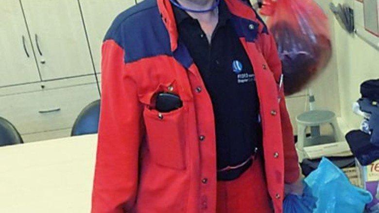 Hydro Alu sammelt: Betriebsrat Jens-Uwe Jeep mit Kleidersäcken für Flüchtlinge. Foto: Privat
