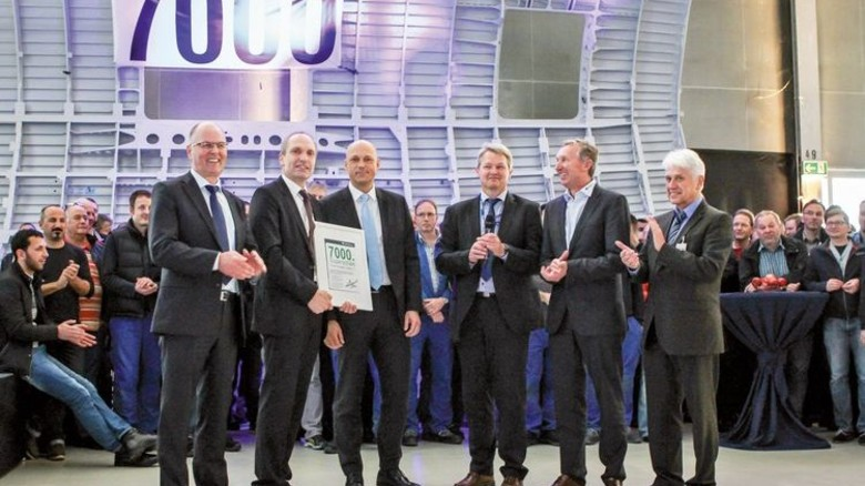 Stolz: Das Management von Premium Aerotec und Airbus mit der Liefer-Urkunde für das Bauteil. Foto: Werk