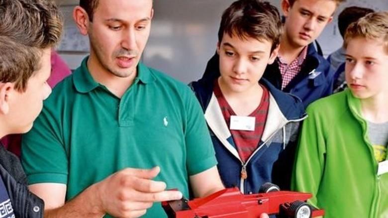 Wissbegierig: Schüler im Gespräch mit Ausbildungsleiter Ahmed Boudouasel. Foto: Scheffler