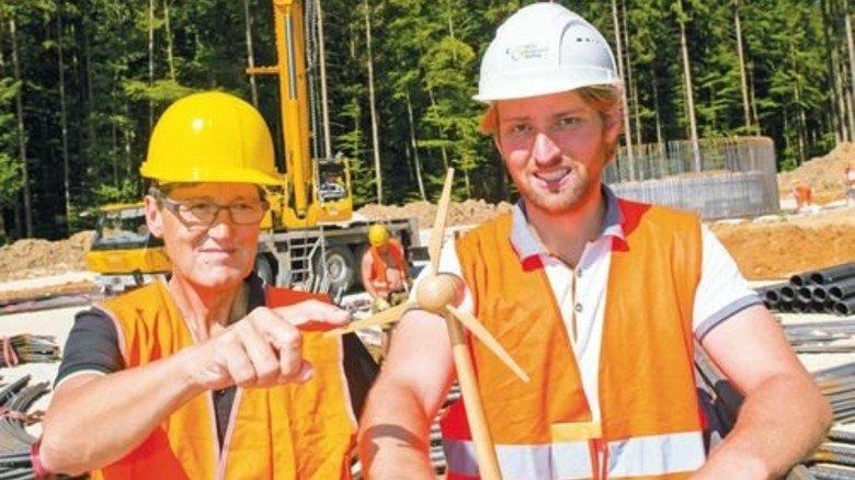 Windenergie-Enthusiasten: Daniel (rechts) und Ferdinand Bauer treiben das Projekt voran. Foto: Straßmeier