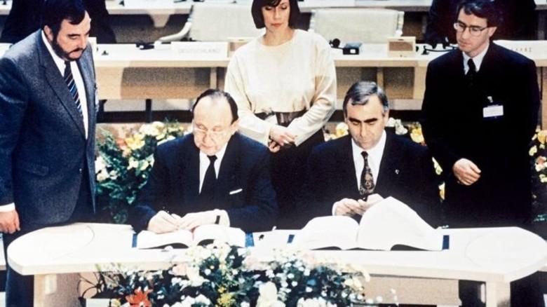 Unterschrift: Außenminister Hans-Dietrich Genscher (links) und Finanzminister Theo Waigel signieren 1992 den Euro-Vertrag. Foto: dpa
