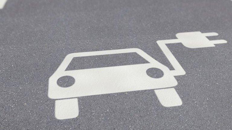 Stecker rein: Um ehrgeizige Klimaziele zu erreichen, müssen jetzt mehr E-Autos auf die Straße. Foto: Fotolia