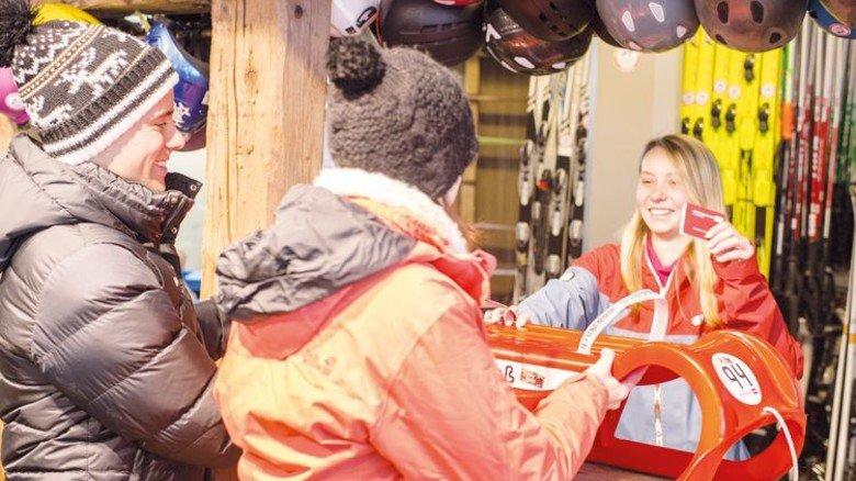 Ganz bequem: An vielen Rodelbahnen kann man Schlitten ausleihen. Foto: Wintersport Arena Holzelfingen