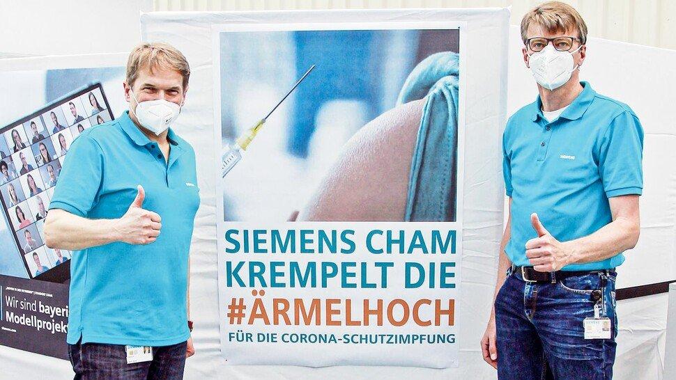 Sammeln beim Impfen in Cham Erfahrung auch für andere Siemens-Werke: Standortleiter Stefan Reindl (links) und Betriebsratsvorsitzender Franz Aschenbrenner.
