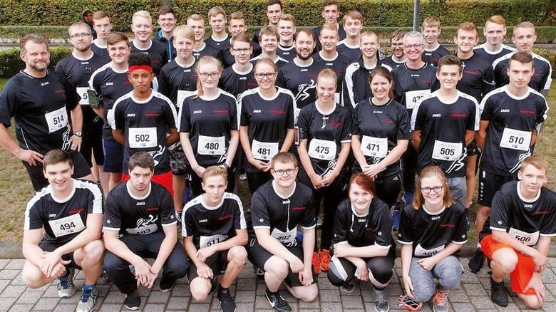 Sportlich: Das komplette Team aus 40 Auzubildenden mitsamt Ausbildern nach dem Lauf. Foto: Werk