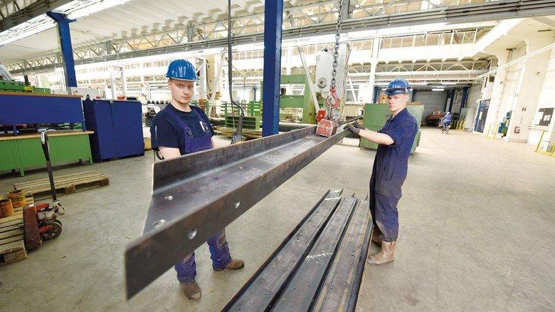 Heavy Metal am Kran: Zwei Auszubildende heben ein Metallprofil an. Derzeit bildet das Emder Unternehmen neun junge Leute aus.