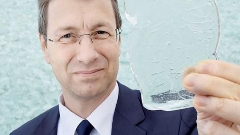 """Wie """"normales"""" Glas: Joachim Krakehl mit einer Scherbe Stückenglas. Foto: Sandro"""