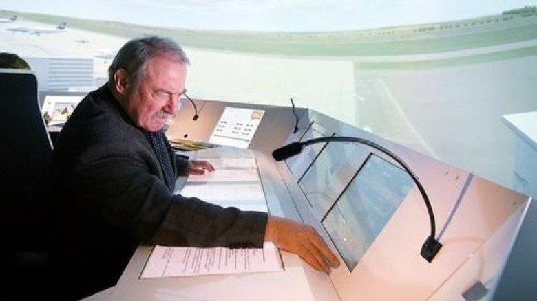 In seinem Element: Der pensionierte Fluglotse Holger Kieseleit im Tower der DASA. Foto: Funke Foto Service