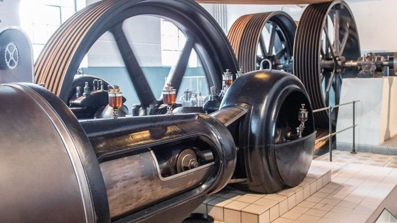 Gut geölter Kraftprotz: Die voll funktionsfähige Dampfmaschine liefert die Antriebsenergie für über 30 Schützenwebstühle in der Museumsweberei. Foto: Straßmeier