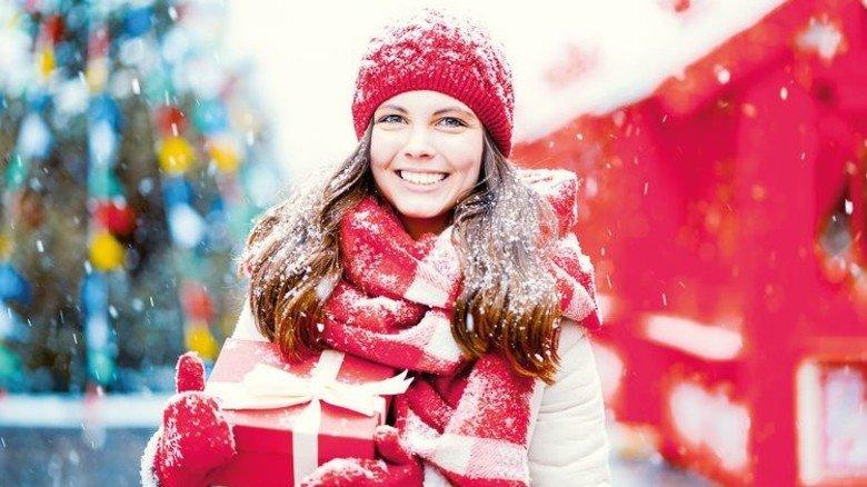 Daumen hoch: Mit ein paar Tricks kommt man locker durch die Weihnachtszeit. Foto: Adobe Stock
