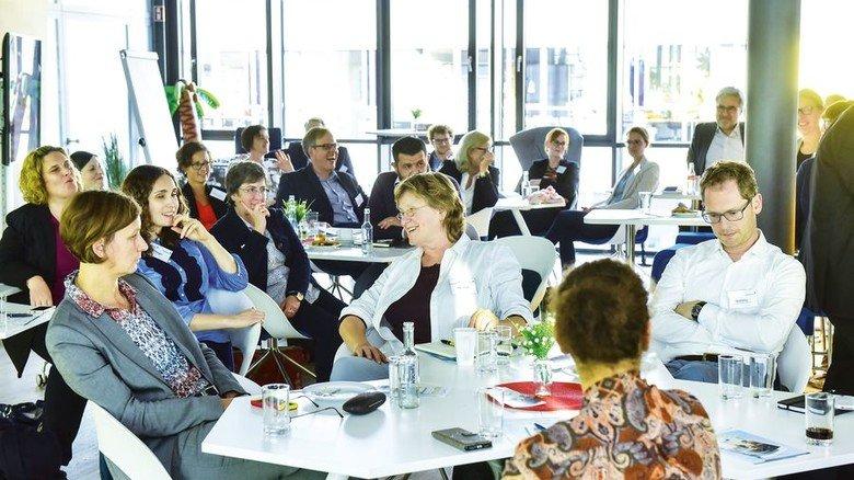 Aufmerksame Zuhörer: Personaler und Unternehmensvertreter bei einer Info-Veranstaltung mit Warszta in Hamburg. Foto: Augustin