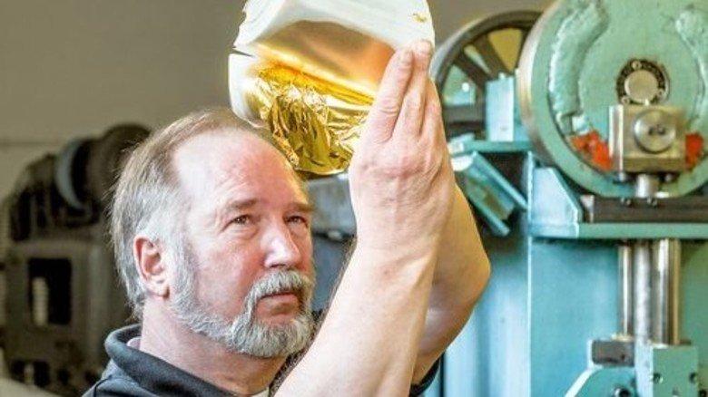 Der Goldschlägermeister: Dieter Drotleff mit fast fertiger Ware. Foto: Roth