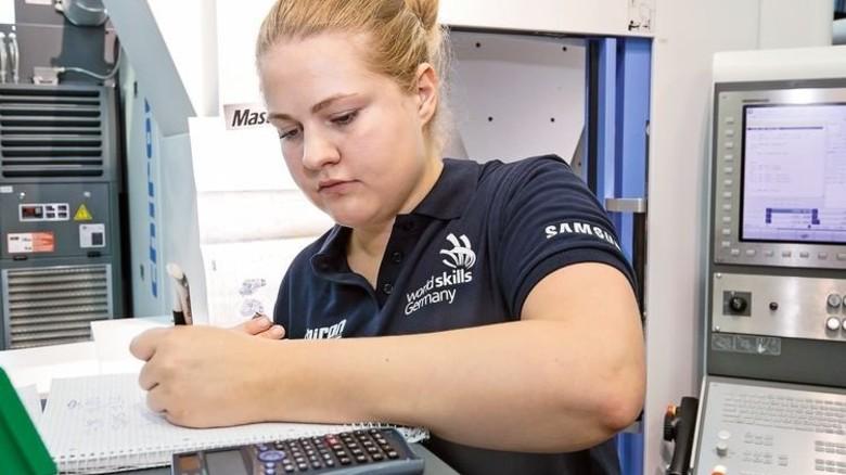 Hoch motiviert: Eva-Maria Wahl stellt letzte Berechnungen an. Wie man sieht, macht sie das mit links. Foto: Mierendorf