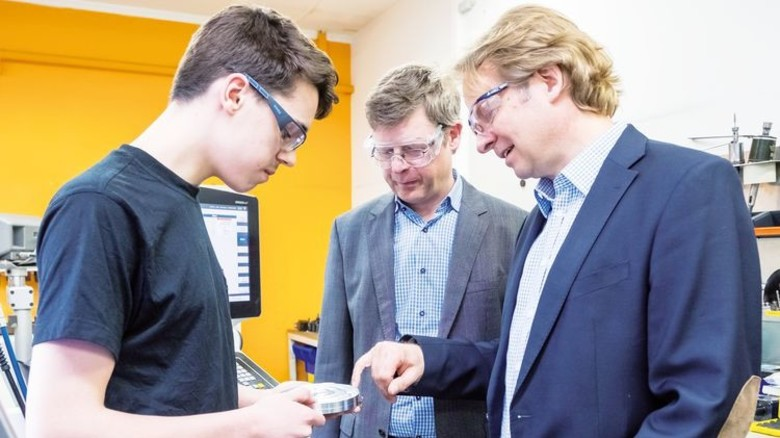 Tipps vom Chef: Azubi Diego Wiekenberg mit Dr.Martin Rotzoll und Elmar Rübsam (von links). Foto: Heidrich