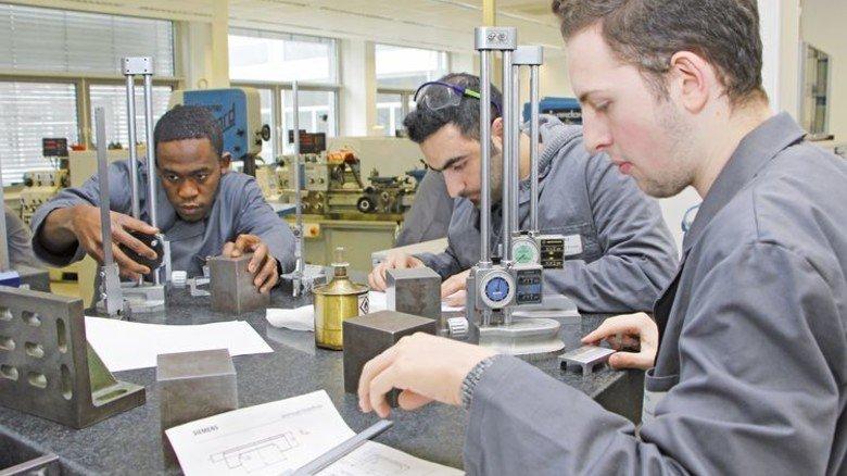 Förderklasse: Die Teilnehmer lernen bei Siemens gemeinsam mit den Azubis. Foto: Siemens