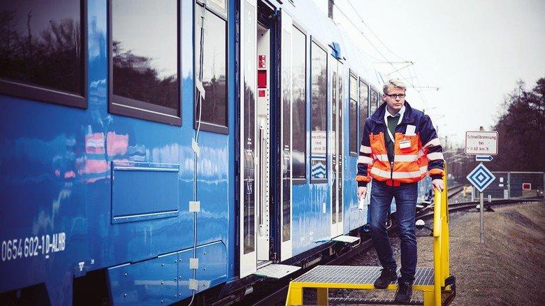 Das ist sein Baby: Projektleiter Stefan Schrank neben einem Waggon des Wasserstoff-Zugs.