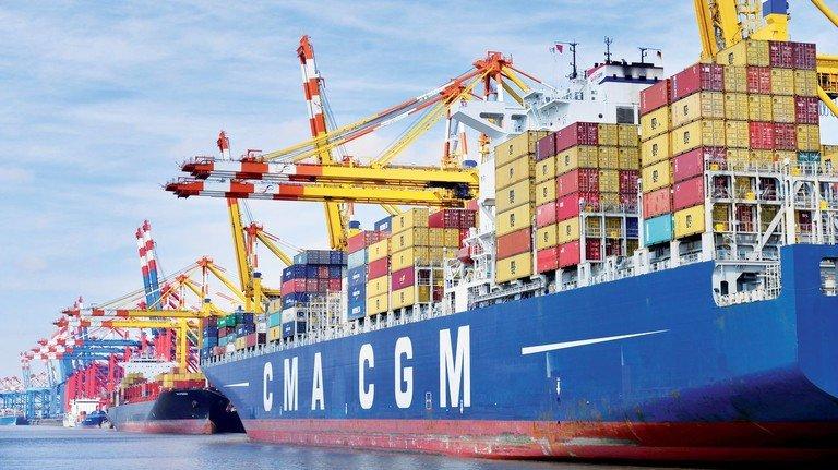 Terminal in Bremerhaven: Ein Zehntel der Containerschiffsflotte ist jetzt stillgelegt.