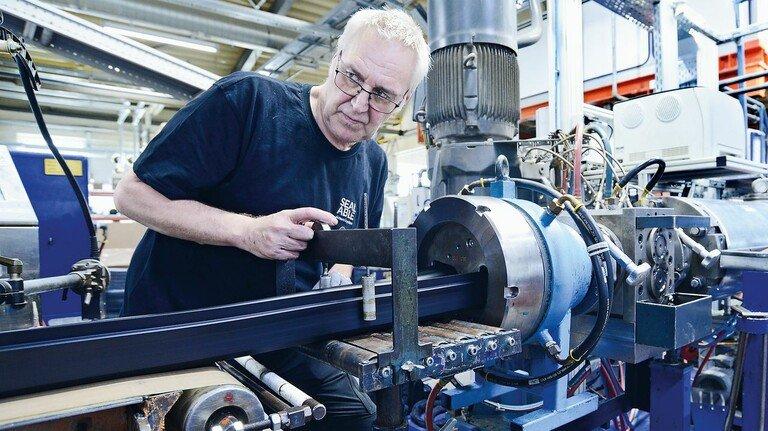 Arbeit am Extruder: Produktion der Gummi-Profile bei Sealable in Waltershausen.