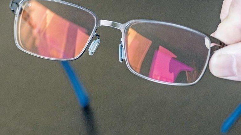 Sichtbar anders: Die Gläser der Autofahrerbrille glänzen bronzefarben. Foto: Weigel