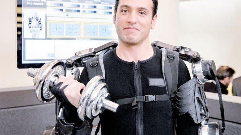"""Übermenschliche Kräfte: Fraunhofer-Forscher Amir Ebrahimi mit seinem """"Exo-Skelett"""". Foto: Eppler"""