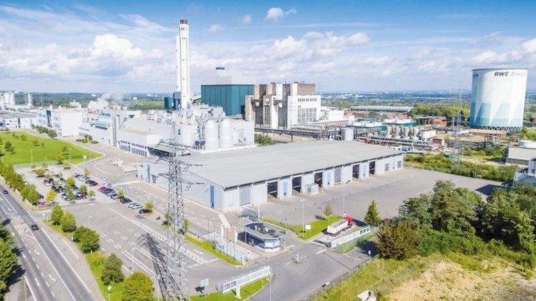 Klassische Konstellation: Die Papierfabrik von UPM bei Hürth liegt direkt neben einem Kraftwerk von RWE. Foto: Werk