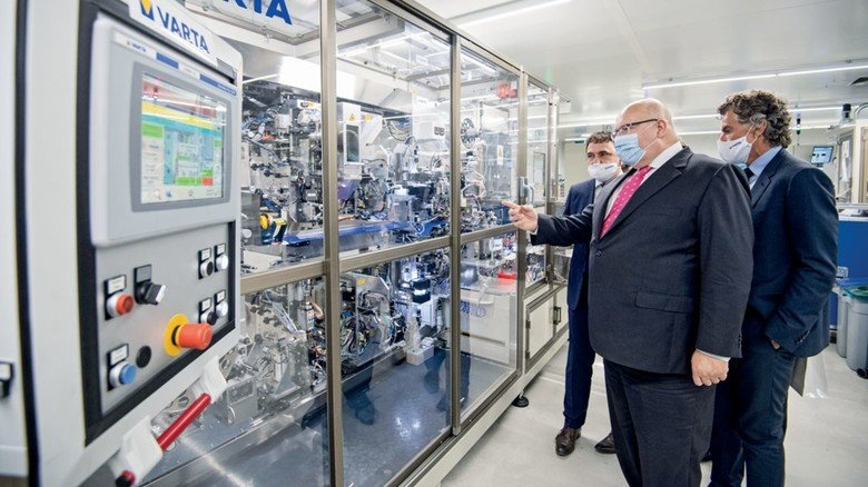 Varta forscht an neuen Batterielösungen und bekommt dafür Geld vom Staat: Bundeswirtschaftsminister Peter Altmaier (vorne) überbrachte den Bescheid.