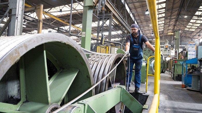 In der Produktion: Bis zum fertigen Drahtseil sind es viele Arbeitsschritte.